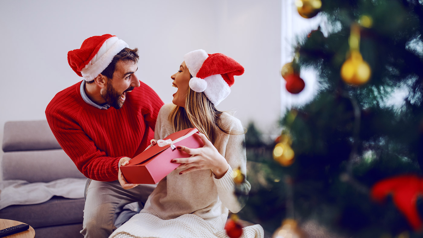 Pár s vianočným darčekom