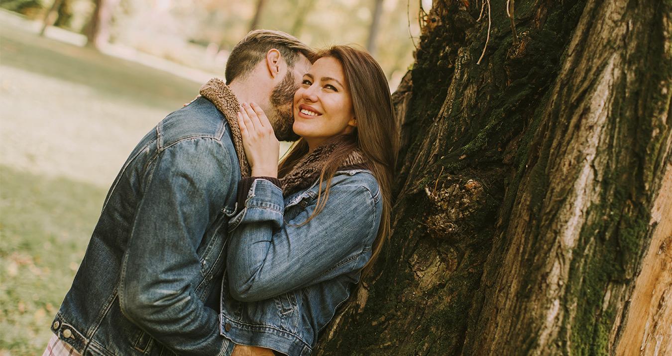Pár v parku pri strome