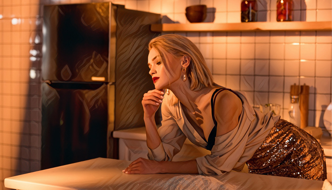 Sexy žena, stojaca v kuchyni, rozmýšľa o sexe na piatom rande