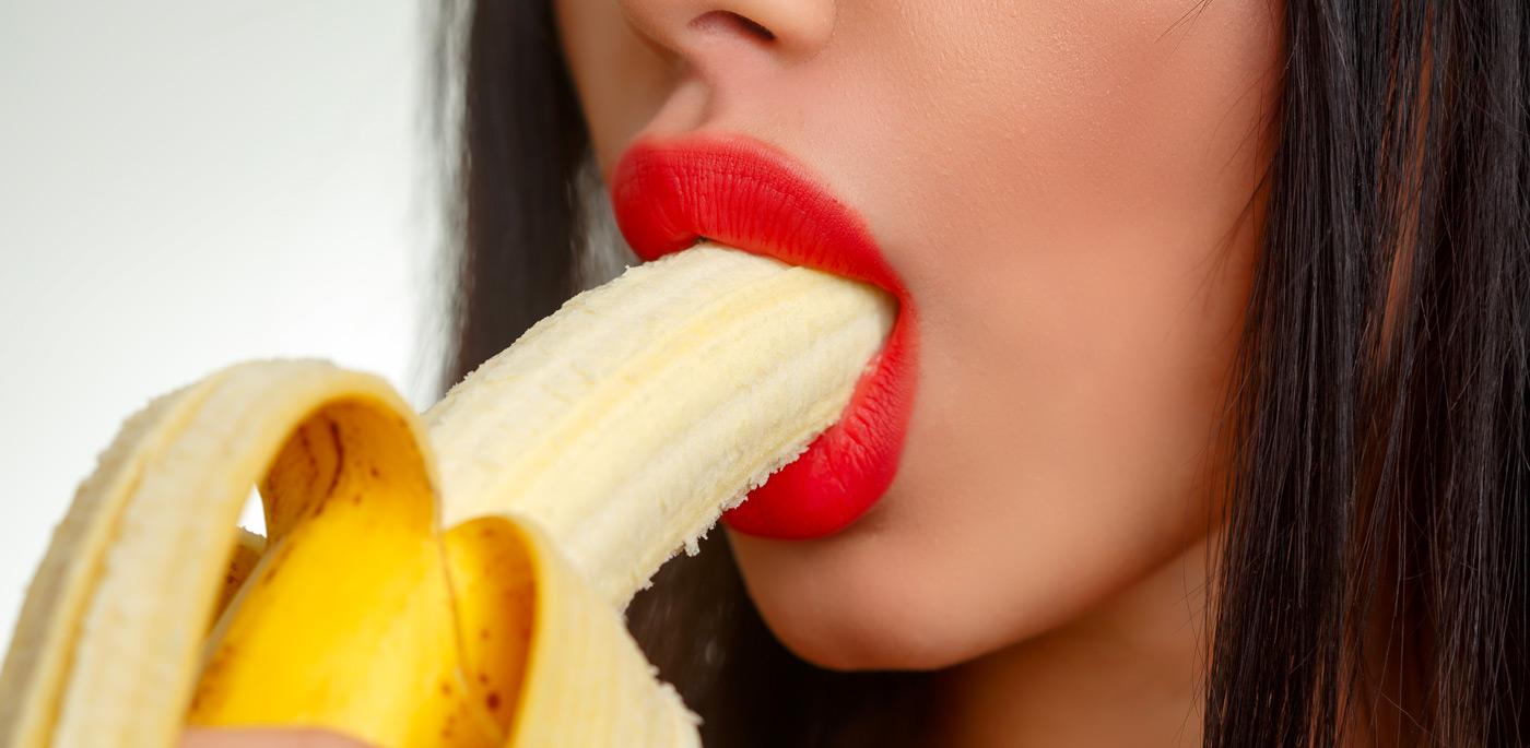 Žena s banánom v ústach